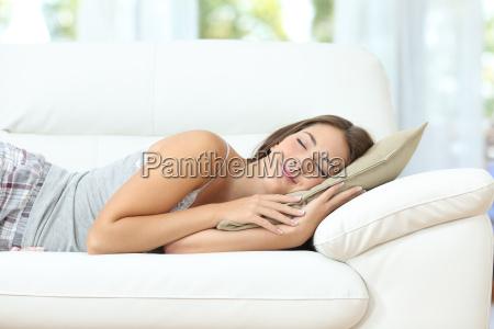 dziewczyna spi lub drzemki szczesliwy na