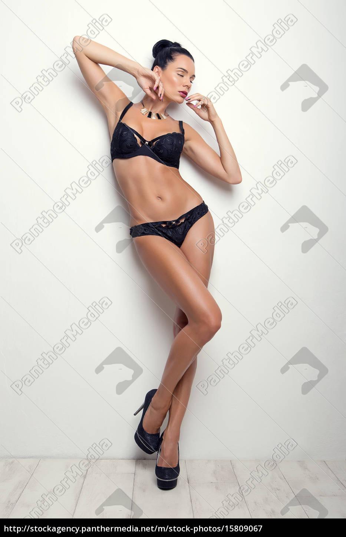 elegancki, pozy, seksowna, brunetka, w, czarnej - 15809067