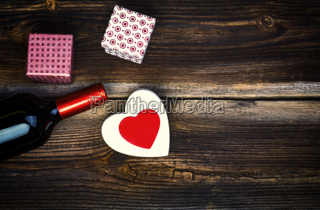 serca wino i prezenty na drewnianym