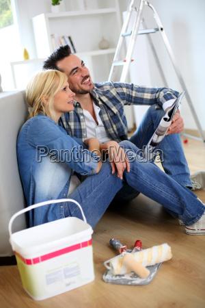 para siedzi na podlodze wybierajac kolor
