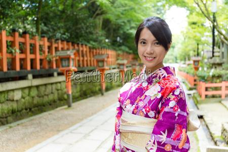 kobieta ubrana w sukienke kimono