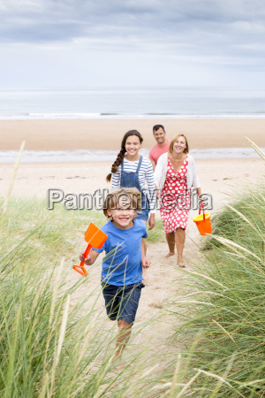 rodzina chodzenie po wydmy
