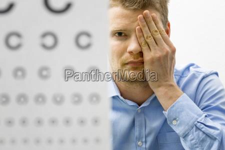 kontrola wzrok mezczyzna pacjenta w ramach