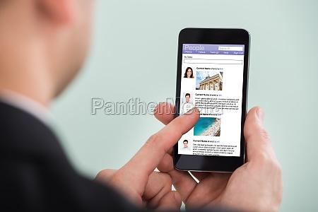 czlowiek surfing na social networking witryny