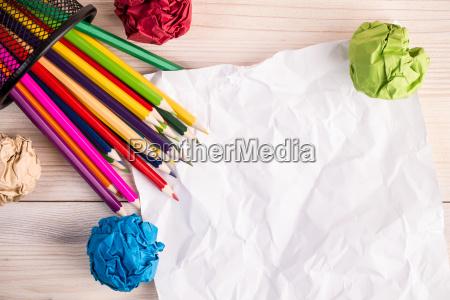 pomarszczony kolor papieru olowki i pojemnik