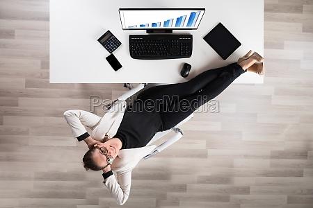 businesswoman relaks na krzesle w urzedzie