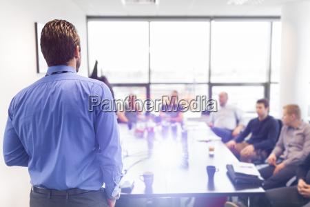 prezentacja biznesowa na spotkaniu firmowym