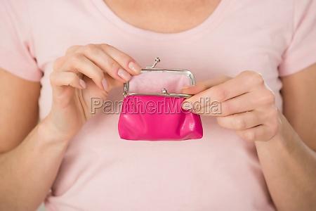 kobieta trzymajaca mala torebke