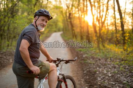 starszy mezczyzna na rowerze gorskim na
