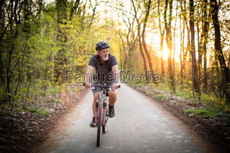 senior man na swoim rowerze gorskim