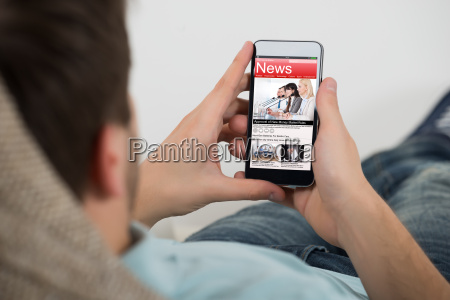czlowiek czytania online wiadomosci na telefon