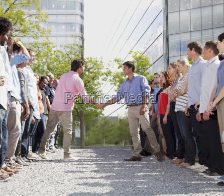 biznes ludzi z oddzielnych zespolow uzgadnianie
