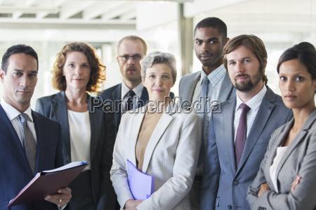 portret grupy zespo u sukcesu stoj