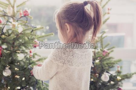 dziewczyna dekorowanie choinki