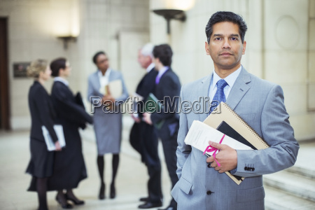 prawnik posiadajacy dokumenty prawne w sadzie