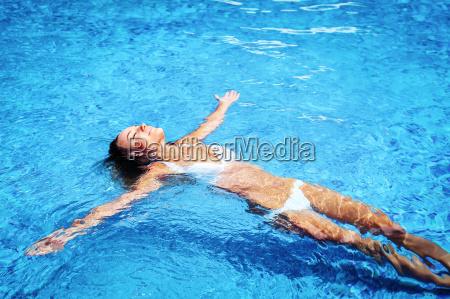 ladna dziewczyna w basenie