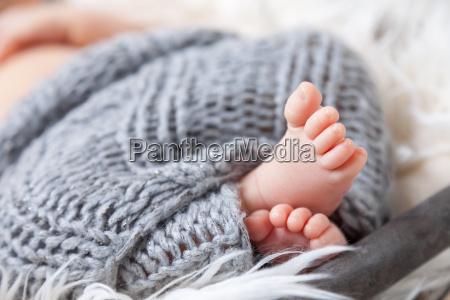 piekny noworodek palce wewnatrz koszyka