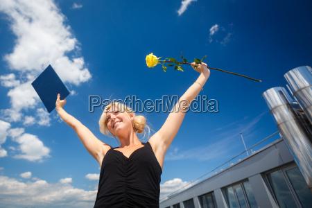 ladna mloda kobieta swietuje z radoscia