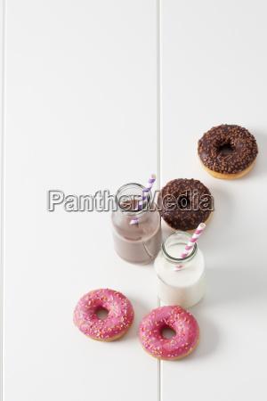 dwie szklane butelki mleka i kakao