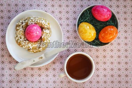 sniadanie wielkanocne z kolorowych jaj