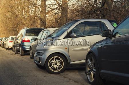 maly parking boczny z innymi samochodami