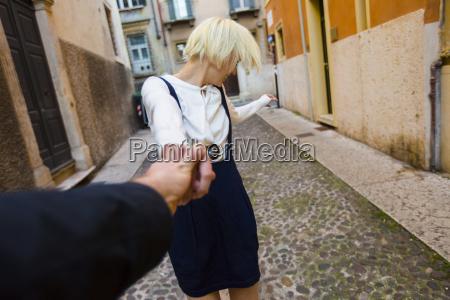 wlochy werona happy blond kobieta trzymajac