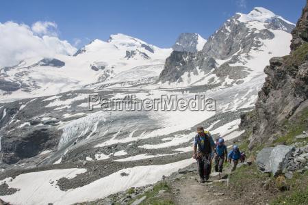 alpine wspinacz chwil przed przybyciem na