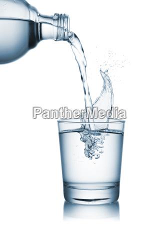 nalewanie wody na szkle
