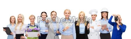 kobieta trzymajaca pieniadze na profesjonalnych pracownikow