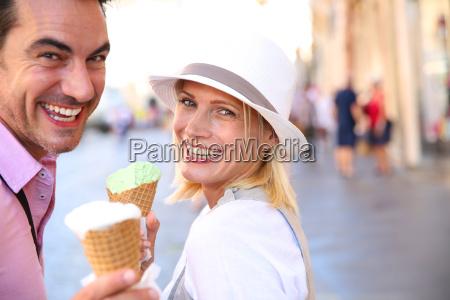 wesola para w rzymie jedzenie lodow