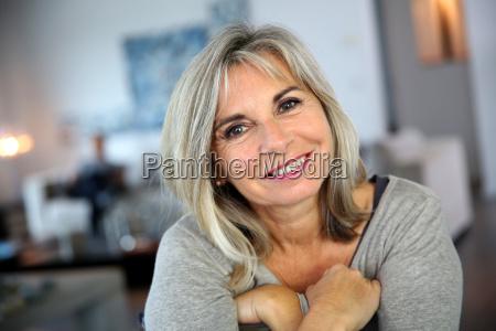 portret atrakcyjnej i pogodnej dojrzalej kobiety