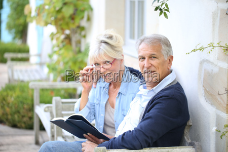 starszy para czytania ksiazki przed ich