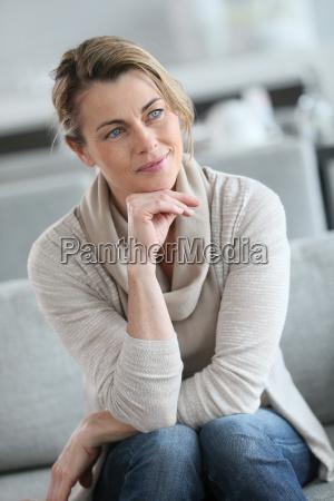 portret, uśmiechniętej, dojrzałej, kobiety, z, ręką - 17830104