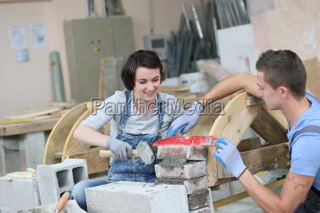mlodzi ludzie w rzemiosla szkolenia zawodowego
