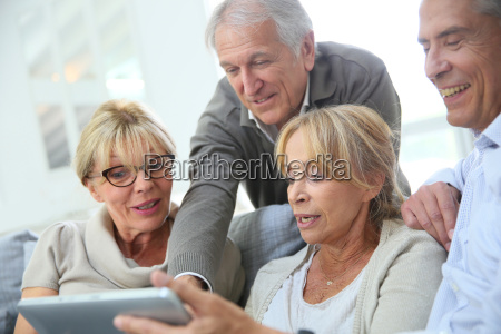 grupa emerytowanych osob siedzacych na kanapie