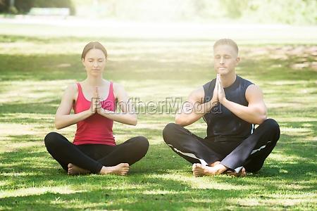 mloda para uprawia joga