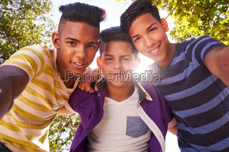 multiethnic grupa nastolatkow obejmujac usmiechniety w