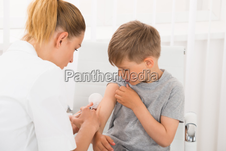 lekarz daje zastrzyk boy