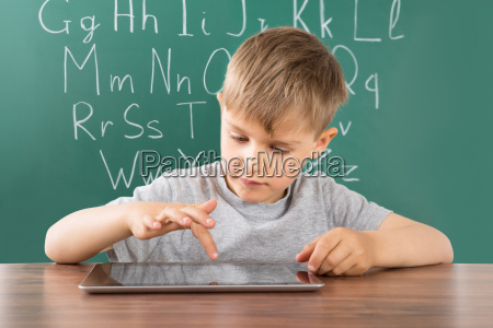 boy korzystanie z cyfrowym tablecie w