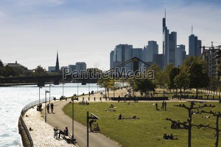 niemcy hesja frankfurt ludzie w river