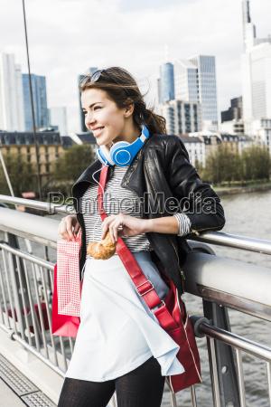 mloda kobieta w miescie z torby