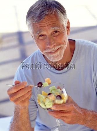 portret, dojrzałego, mężczyzny, jedzenia, koktajl, owocowy - 18098112