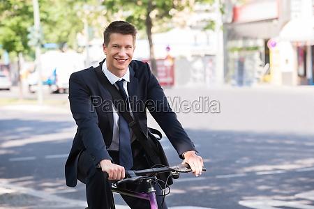 mezczyzna biznesmen konna rowerow