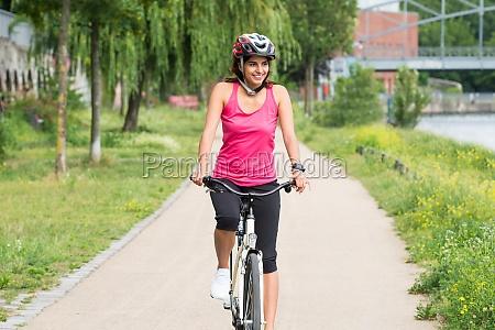 szczesliwa mloda kobieta jazda na rowerze