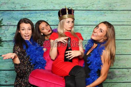 4 dziewczyny bawia sie ze zdjeciem