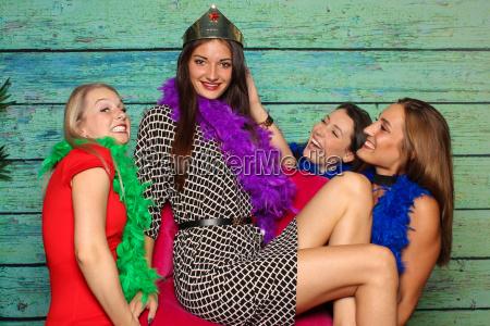 dziewczyny nosza ich krolowej na krzesle
