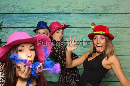 naughty mlodych kobiet przed stoisku photo