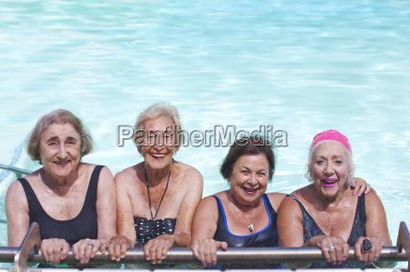 portret czterech starszych kobiet w basenie