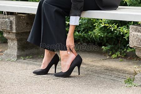 businesswoman reka usuwanie wysokie obcasy