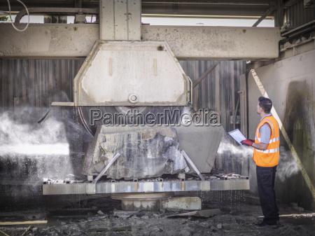 kamieniolom pracownik kontroli kamienia pily